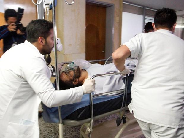 ferido-em-queda-de-aviao-da-chapecoense-jogador-alan-luciano-ruschel-e-atendido-em-hospital-na-colombia-foto-guillermo-ossa-reuters