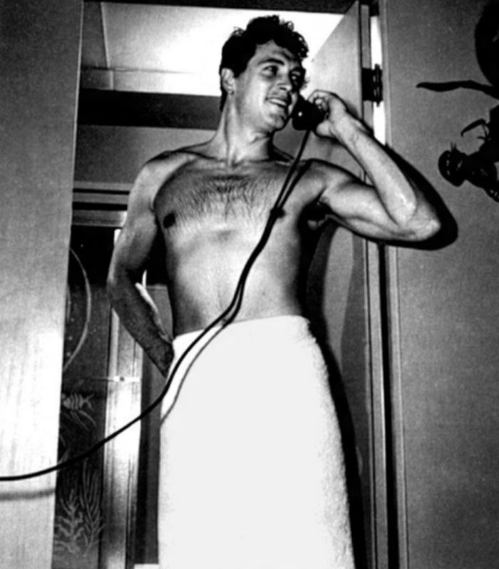 2.out.1985 - O ator de Hollywood Rock Hudson foi um dos grandes galãs dos anos 50 e 60. Rock é considerado um dos símbolos de combate a Aids.