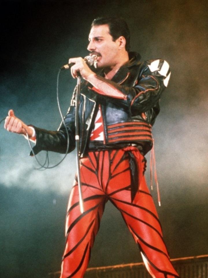 24-nov-1991-o-vocalista-da-banda-britanica-queen-freddie-mercury-morreu-aos-45-anos-de-idade-vitima-da-aids-um-dia-depois-de-se-assumir-publicamente-soropositivo
