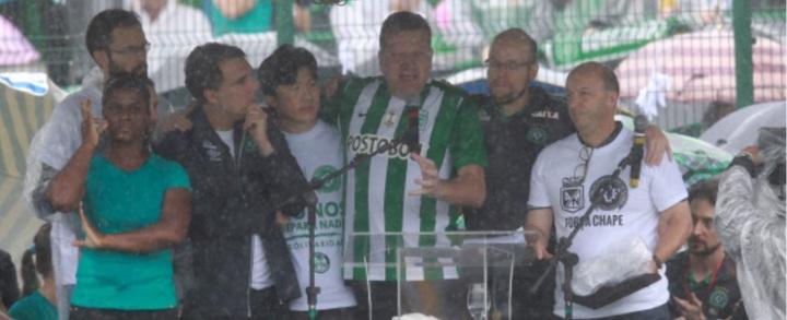 Ao microfone, Luciano Buligon agradeceu de forma emocionada a todo o apoio recebido pelo povo colombiano após o acidente.