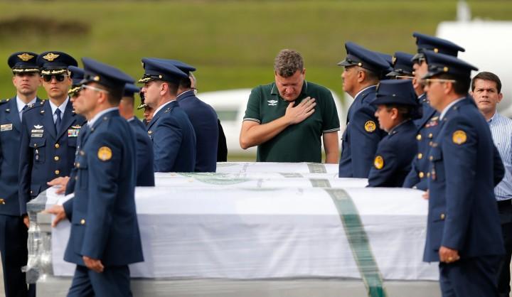 Luciano Buligon, prefeito de Chapecó em Medellín, traz os corpos de sua delegação para casa. (AP Photo/Fernando Vergara)