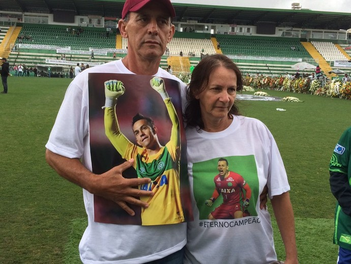Os pais do goleiro Danilo com a imagem do filho na Arena Condá (Foto - David Abramvezt)