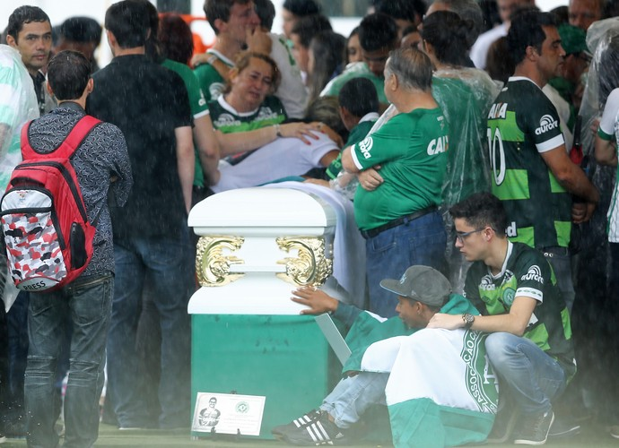 Parentes dão adeus às vítimas durante velório na Arena Condá (Foto - Agência Estado)