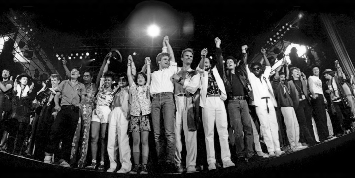 Youssou N'Dour, U2, Miles Davis, The Police, Joni Mitchell, Yoko Ono, Rubén Blades, Lou Reed, Joan Armatrading e outros- Ken Regan - Neal Preston para a Amnesty International.
