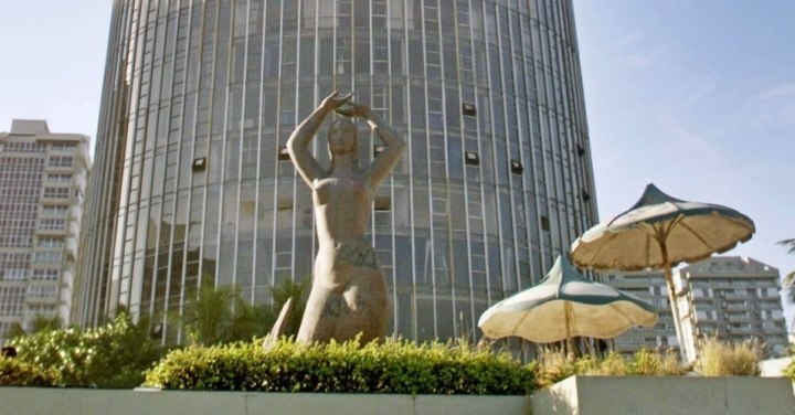 hotel-nacional-a-sereia-esculpida-por-alfredo-ceschiatti-o-mesmo-autor-dos-anjos-da-catedral-de-brasilia-foi-parar-em-botafogo-mais-provavel-que-por-terra-voltou-para-ser-destaque-na-fachada