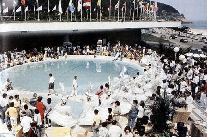 A piscina lotada do Hotel Nacional em 1987.