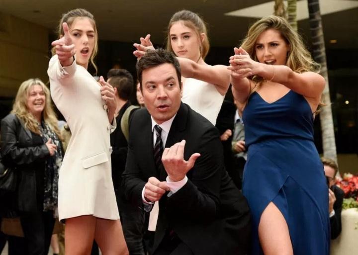 Jimmy Fallon posa junto com as Miss Golden Globe 2017, as irmãs Sistine, Scarlet e Sophia Stallone, filhas de Sylvester Stallone.