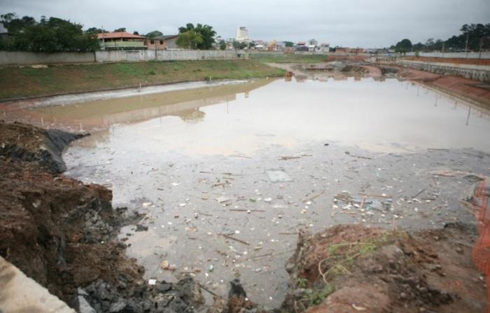O piscinão de Poá ainda em fase de escavação