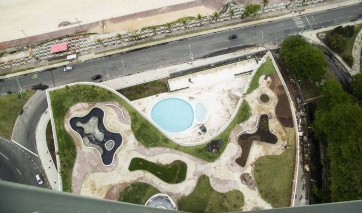 Vista aérea da piscina do Hotel Nacional, em frente à praia de São Conrado - Bárbara Lopes - Agência O Globo